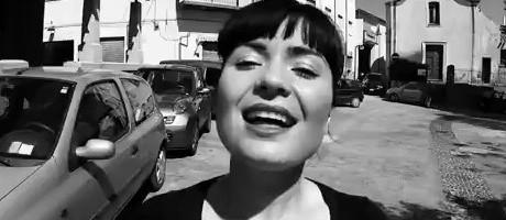 Claudia Aru – Pocos, Locos Y Mal Unidos